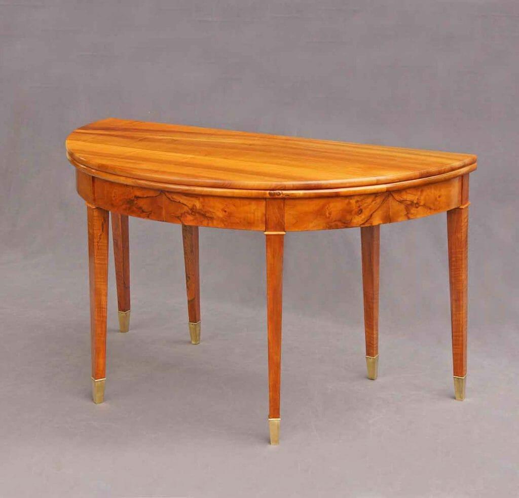 Tisch in seiner platzsparendsten Halbmondform als Konsoltisch zum stellen an einer Wand